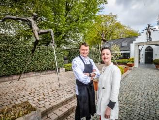 """Volgende week nog geen heropening voor tweesterrenzaak De Jonkman, waar wel al 14 bronzen beelden aan tafel aanschuiven: """"Cultuur en horeca delen in de klappen"""""""