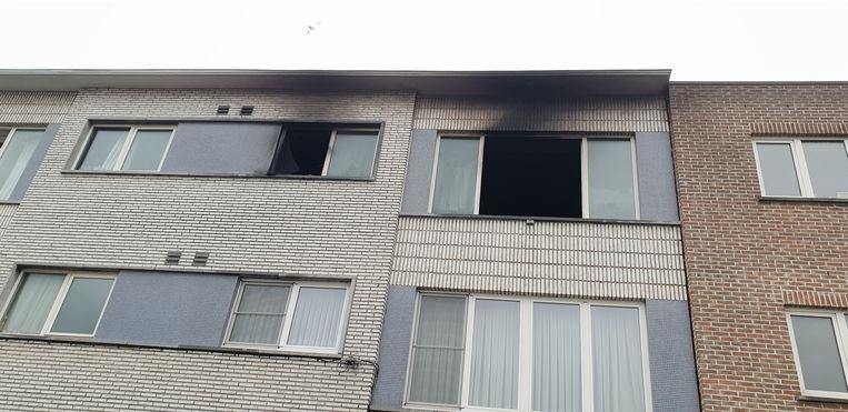 De brand in het appartementsgebouw in Duffel brak vannacht omstreeks 1 uur uit. De twee kinderen konden via de trappenhal vluchten, maar hun moeder werd ingesloten door de vlammen en sprong noodgedwongen uit het raam.
