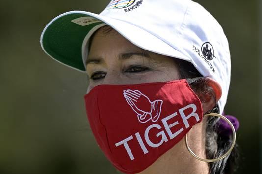 Golffan Desiree Kapica met een 'Tiger-mondkapje'.