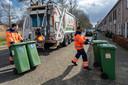 De Afvalstoffendienst haalt groenbakken met GFT op in de wijk Zuid.