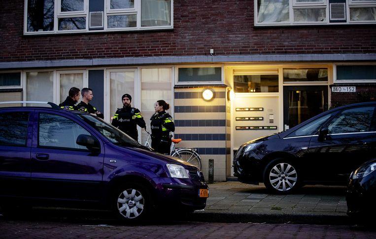 Onderzoek bij een woning aan de Oudenoord. De 37-jarige Gokmen T., de man die verantwoordelijk wordt gehouden voor de schietpartij in een tram in Utrecht, is opgepakt tijdens een inval in dit pand. Beeld ANP