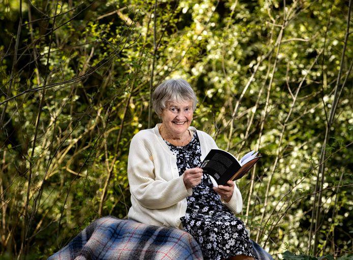 Rennie van Windt (92) in haar tuin in Deurne.