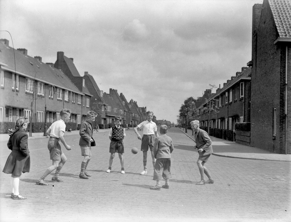 Voetballen in het doodlopende straatje in 1950.