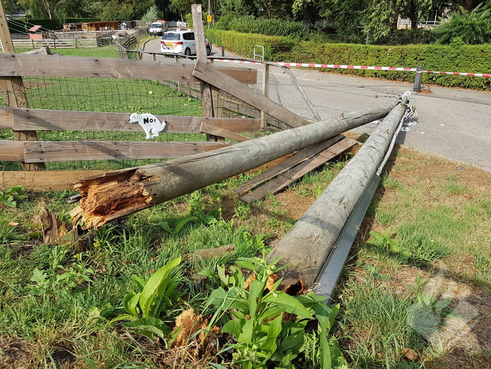 De Moordrechtse elektriciteitsmast heeft het gevecht met de storm verloren.