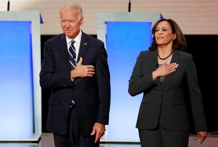 Harris met Joe Biden, voorafgaand aan een debat tussen de Democratische presidentskandidaten op 31 juli 2019.  Beeld REUTERS
