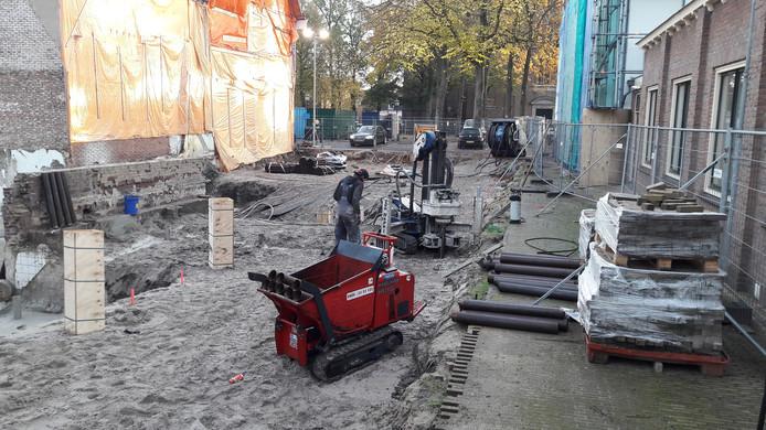 Met een kleine machine worden de palen in stukken de grond ingeschroefd. Dat veroorzaakt geen trillingen.