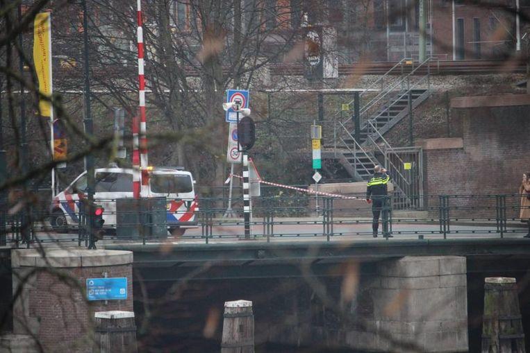 De Kattenburgerstraat is afgezet na de vondst van een verdacht pakketje. Beeld Stephan Vierkant