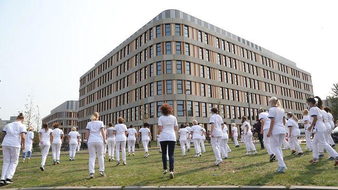 Tientallen medewerkers zetten hun beste beentje voor bij het Amphia Ziekenhuis in Breda.