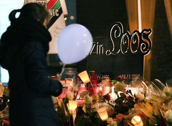 28 november 2020: familie en vrienden leggen bloemen en lopen mee tijdens een stille tocht voor de omgekomen Sebastiaan (42).