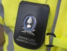 Marechaussee controleert treinen in Twente: twee arrestaties, 7 illegale reizigers