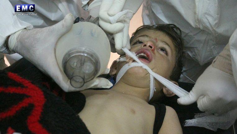 een slachtoffer van de aanval in Syrië wordt behandeld. Beeld EPA