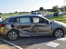Ongeluk met drie auto's op kruising in Well, inzittende lichtgewond