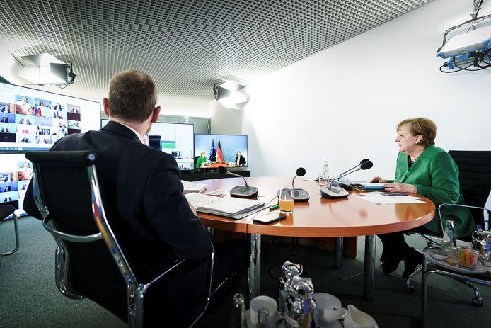 Bondskanselier Angela Merkel (R) met burgemeester Michael Müller van Berlijn, die de videovergadering met de andere vijftien deelstaatleiders steevast voorzit