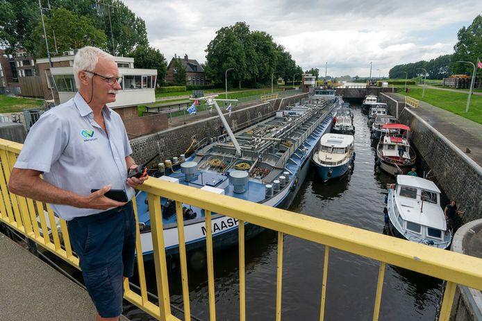 Sluiswachter Bas Vissers aan het werk bij de Henriettesluis in Engelen.
