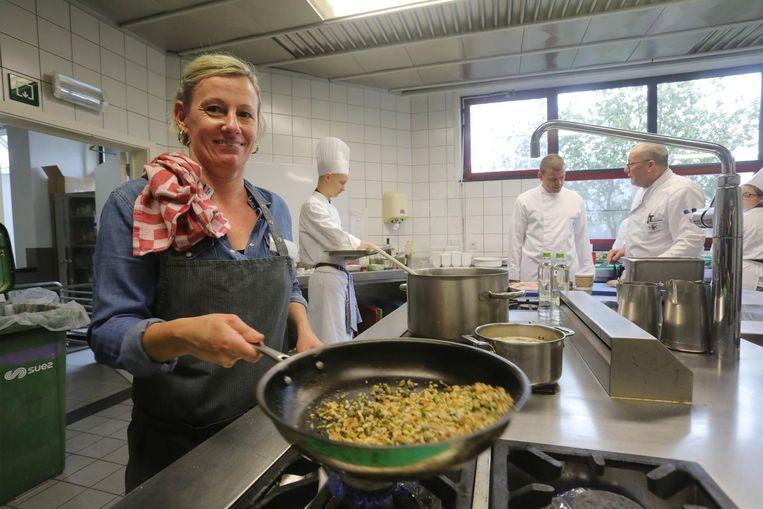 Chefkok Valérie Ryssen van Falvie's Tafel maakt een gezond gerecht klaar tijdens een workshop.