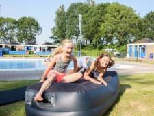 Kinderen genieten op de 'Zwemping' in Willemstad: 'Een mooi begin van de vakantie'