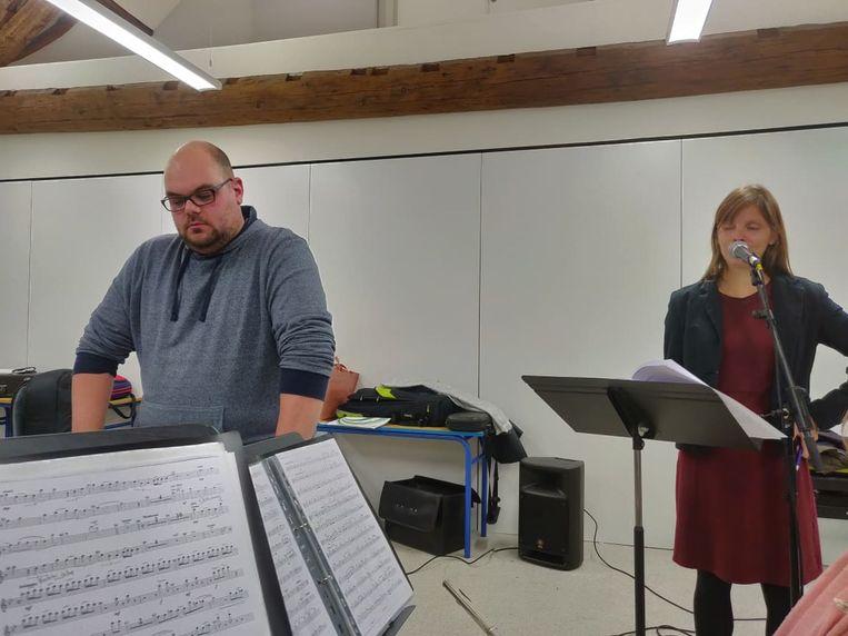 Tijdens de repetities: dirigent Jeroen Bavin en vertelster Nele Sterkendries
