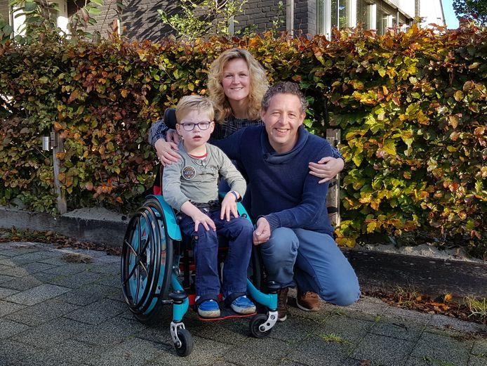 Jessica en Hein Wagenaar met hun zoon Tim, die in een rolstoel zit. Tim groeit uit zijn huidige rolstoel en heeft een grotere nodig. Die past alleen niet meer in de auto. De familie zoekt sponsors voor de aankoop van een rolstoelbus.