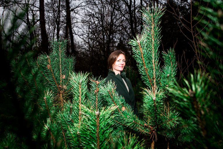 Bosbadgids Eefje Ludwig: 'De vertraagde, speelse en zingtuigelijke manier van met de natuur zijn deed me denken aan mijn kindertijd.' Beeld Jan Mulders