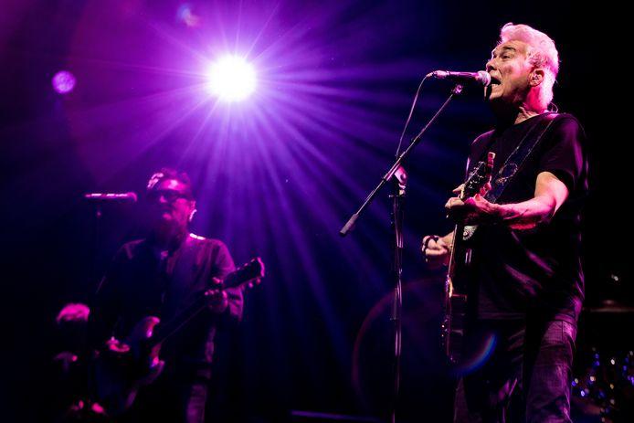 Gitarist George Kooymans (rechts) met op de achtergrond zanger Barry Hay van de Haagse rockband Golden Earring tijdens een concert in Ahoy.