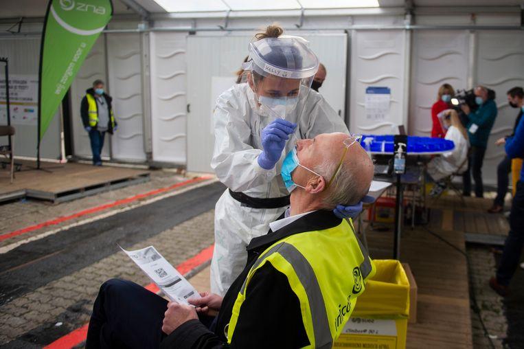 Een coronatest in een testdorp in Antwerpen. Voor sneltests wil Vlaanderen eerst de resultaten van enkele proefprojecten afwachten. Beeld Klaas De Scheirder