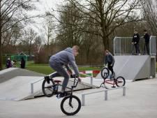 Splinternieuwe skatebaan in Brummen gelijk drukbezocht: 'Je glijdt hier goed over de rails'