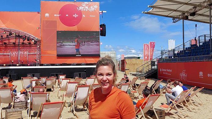 Marlou van Rhijn, ambassadeur van het Olympic Festival Scheveningen, voor het scherm van de gewonnen race van Sifan Hassan.