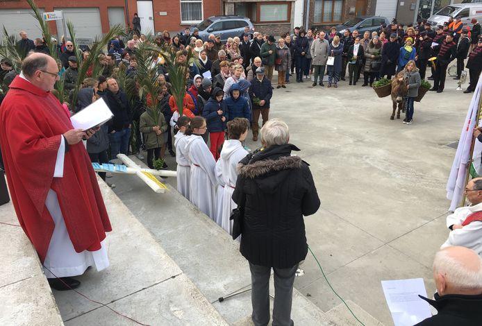 De processie hield enkele keren halt, zoals aan De Presse.