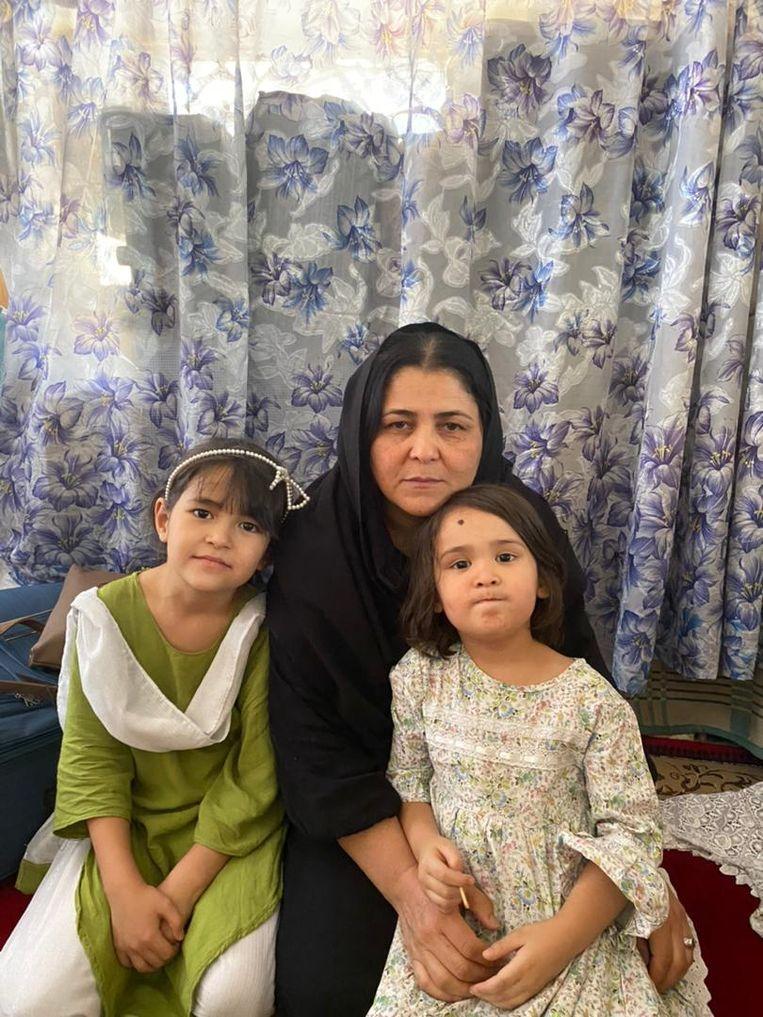 Jan Begum met twee dochters.  Beeld Jan Begum