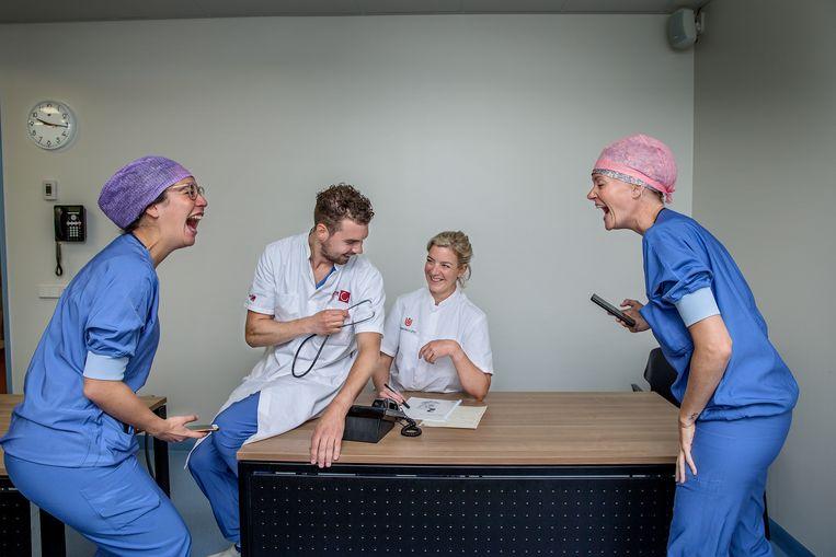 Het imiteren van een cover van een doktersroman zorgt voor de nodige hilariteit bij de zusters van de OK in Amsterdam.  Beeld Jean-Pierre Jans