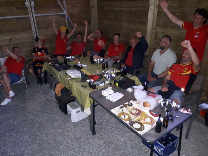 De fietsvrienden en buren van Bram keken samen naar de match in de carport van vader Geert.