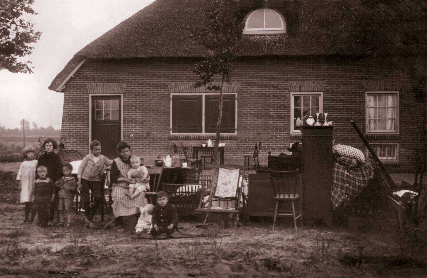 Uitzetting van het gezin van Peer  de Corte. Vierde van links Jules.