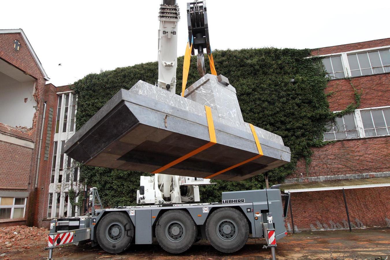 Het altaarblad van meer dan 2.000 kilo zweeft door de lucht: door een gat in de kapel komt het naar beneden.