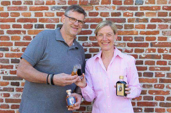 Bakker Peter Steurs en Astrid Clonen tonen hun Sint-Dimpna Elixir en Sint-Gerebernus Koffielikeur.