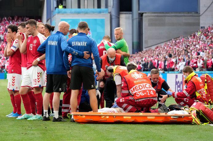 Christian Eriksen is naar de grond gegaan.