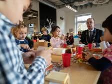Brummens burgemeester smikkelt mee in schoolbankjes