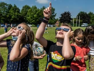 """Kinderen Vrije Lagere en Kleuterschool VLEK volgen zonsverduistering: """"Met eclipsbrilletje en truc van emmer water"""""""