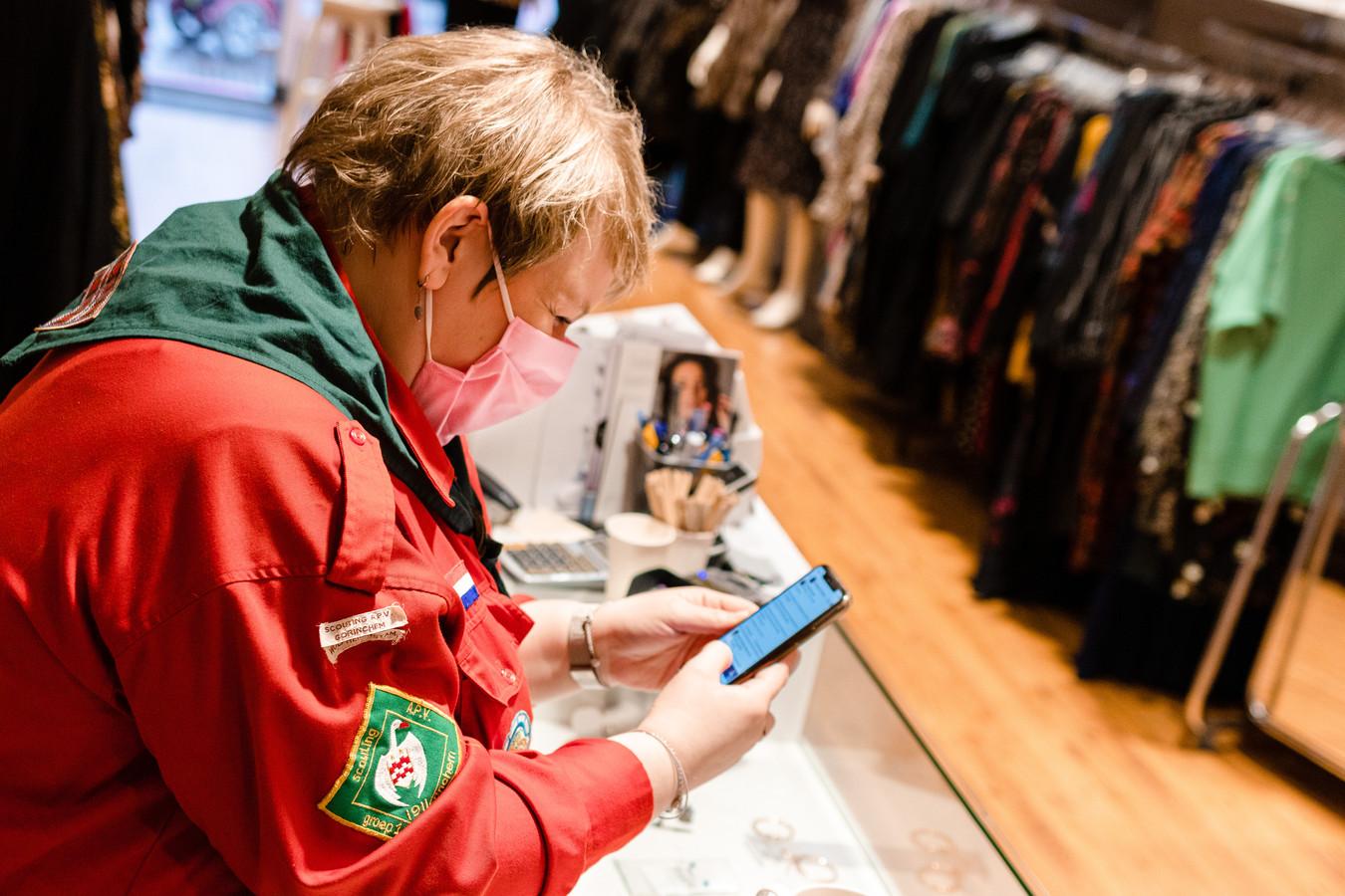 Bernadine Brouwer (33) combineert haar vrijwilligerswerk als algemeen bestuurslid voor Scouting A.P.V. Gorinchem met het runnen van een eigen plussize kledingwinkel.