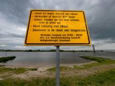 Strandjes langs IJssel bij Kampen verboden terrein: te veel mensen, alcohol, drugs en te weinig ruimte
