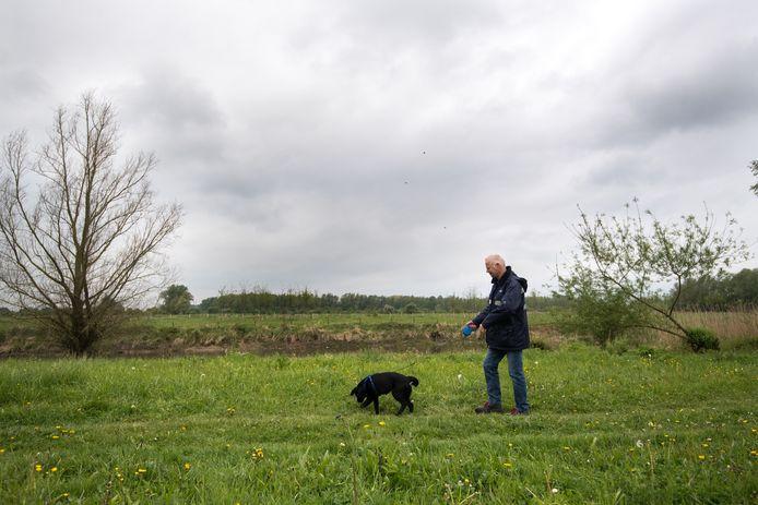 Honden worden uitgelaten aan de lijn in de Gendtse uiterwaarden.