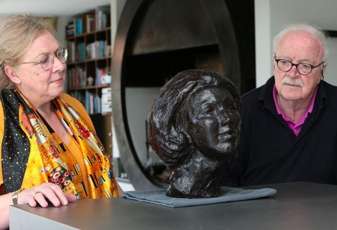 Dite van Vianen en Klaas Rienks met het beeld van Beatrix, dat weer een plekje krijgt in Kasteel Dussen.