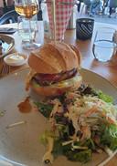 De hamburger van de bestelde Heldenburger, heeft waarschijnlijk te lang in de warmtekast gelegen na het bakken en is gortdroog.