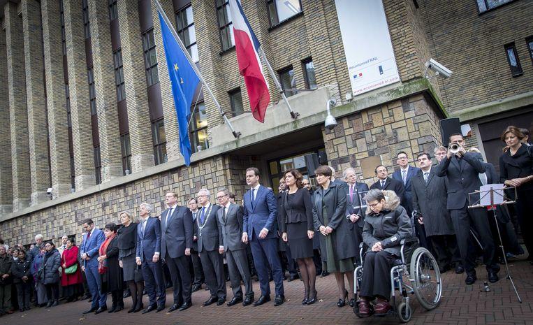 Ministers en staatssecretarissen houden namens het kabinet een minuut stilte bij de ambassade van Frankrijk in Den Haag. Dat is een eerbetoon aan de slachtoffers van de aanslagen in Parijs. Beeld ANP