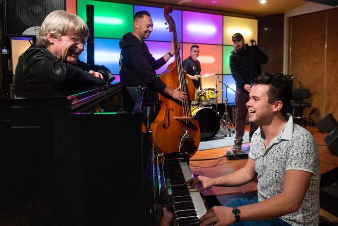 Raamsdonk - Enkele leden van de GangBand: Jo van Strien (links), Jens Huigen, Paul Rasenberg, zanger Marcel Timmermans en Björn Huigen tijdens een van de niet al te serieuze repeties in de Swampstudio