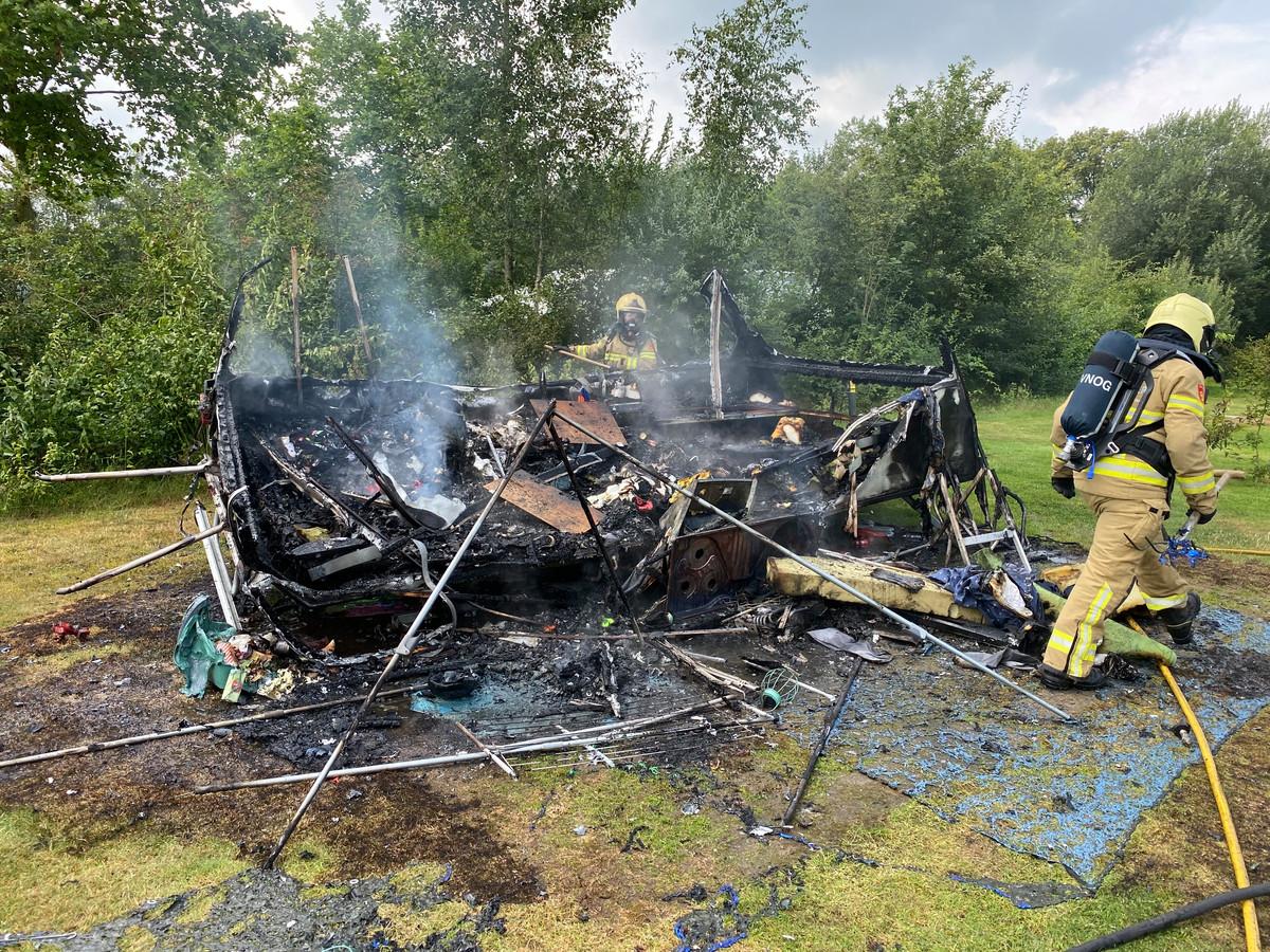 Op camping De Watterjuffer in Harfsen is vanmiddag een caravan uitgebrand. Hoe de brand ontstond is niet duidelijk.