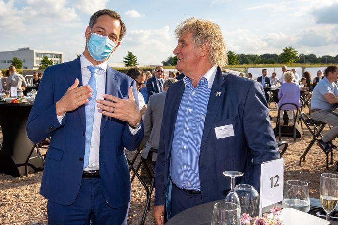 Premier Alexander De Croo in gesprek met oud-doelman van de Rode Duivels Jean-Marie Pfaff die ook aanwezig was op de plechtigheid.