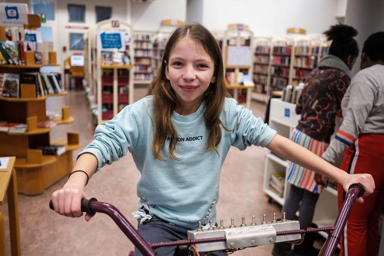 Manon van het vijfde leerjaar van de Blokkendoos trapt een gedicht bij elkaar.