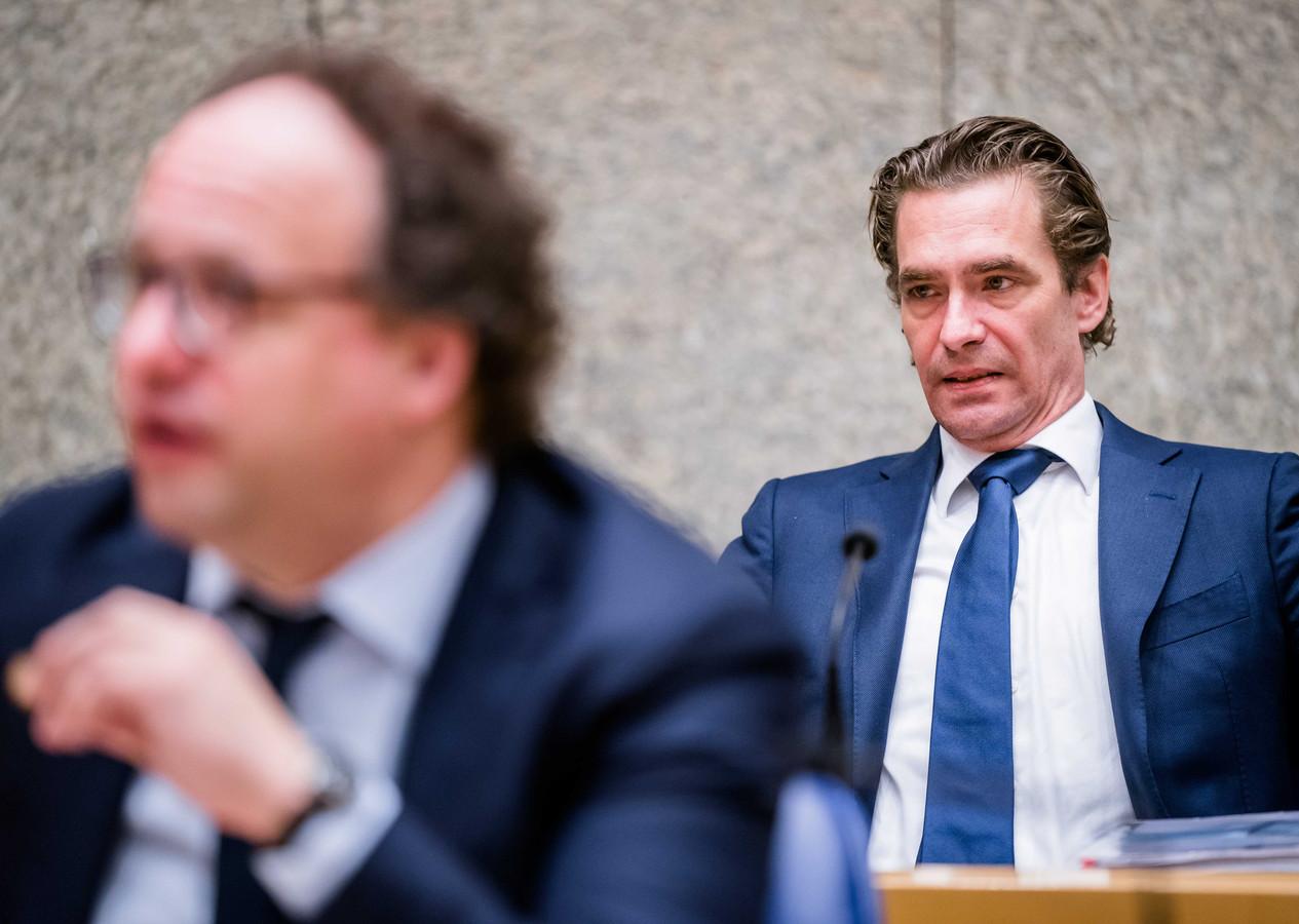 Demissionair Minister Wouter Koolmees van Sociale Zaken en Werkgelegenheid (D66) en demissionair Minister Bas van 't Wout van Economische Zaken tijdens een debat in de Tweede Kamer over de uitbreiding van het steunpakket voor bedrijven.