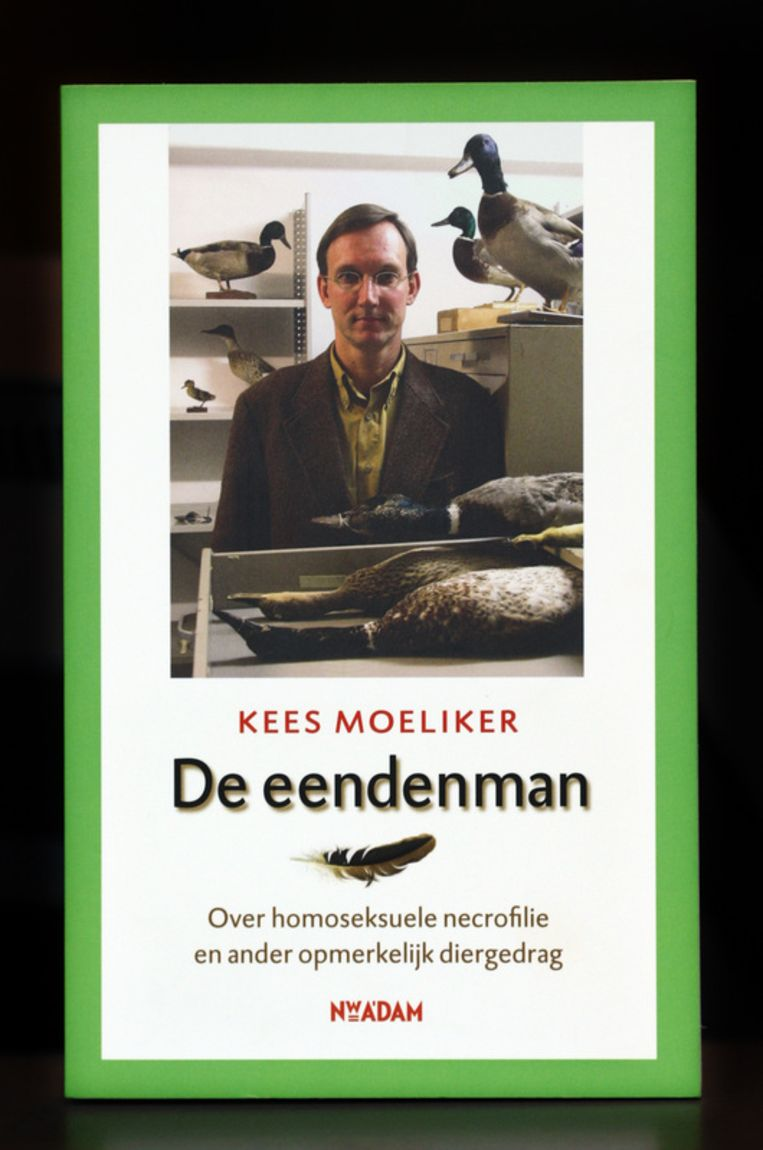 Omslag van het boek De Eendenman van conservator Kees Moeliker. Het boek handelt over homoseksuele necrofilie en ander opmerkelijk diergedrag. Foto ANP Beeld