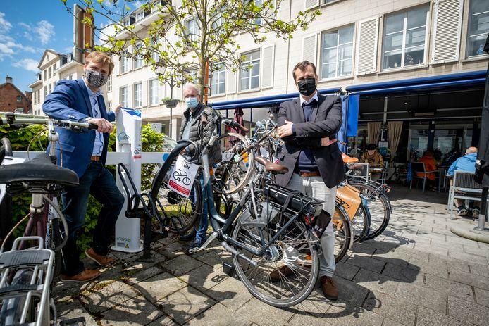 Mobiliteitsschepen Bert Wollants en waarnemend burgemeester Rik Verwaest aan het oplaadpunt in de Schapekoppenstraat.